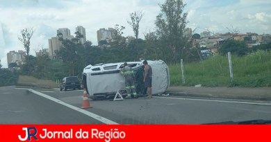 Carro capota na Marginal da Anhanguera