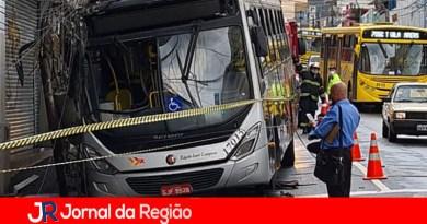 Ônibus bate em poste no Centro de Jundiaí