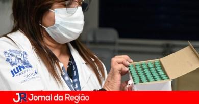 Jundiaí vacina profissionais das UBS's