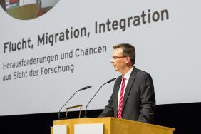 Prof. Dr. Dieter Bathen, Vorstandvorsitzender der JRF begrüßt die Teilnehmerinnen und Teilnehmer.