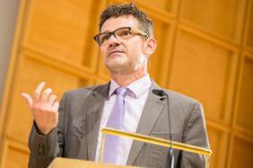 """Prof. Dr. Conrad Schetter, BICC, mit seinem Vortrag """"Zwischen Bürgerkrieg und Integration - Die Aufnahme von Flüchtlingen als Herausforderung und Chance für den gesellschaftlichen Wandel in NRW""""."""