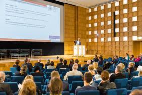 """Prof. Dr. Dirk Halm, ZfTI, mit seinem Vortrag """"Potenziale von Migrantenorganisationen und Herausforderungen des Flüchtlingszuzugs""""."""