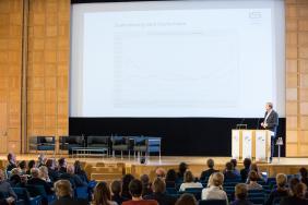 """Ralf Zimmer-Hegmann, ILS, mit seinem Vortrag """"Herausforderungen und Chancen der Stadtentwicklung durch Flucht und Zuwanderung""""."""