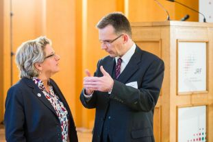 Wissenschaftsministerin Schulze und JRF-Vorstandsvorsitzender Bathen im Gespräch