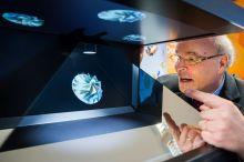 3D-Simulationen erscheinen als Hologramme am Stand der FH-Dortmund zum Greifen nahe. Foto: RIF - Alex Muchnik