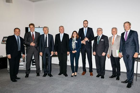 Industrie 4.0 Maturity Center – die Initiatoren, v.l.n.r.: Howard Heppelmann, PTC, Volker Stich, FIR, Hennig Kagermann, acatech, Michael ten Hompel, Fraunhofer IML, Violett Zeller, FIR, Christian Hocken, Industrie 4.0 Maturity Center, Dieter Spath, acatech, Manfred Wittenstein, Wittenstein, Axel Stepken, TÜV SÜD