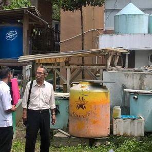 Herr Kuslan im Gespräch mit Herrn Usman, langjähriger Versuchstechniker an der Experimental station for Water Resources Environment, Bandung. (Foto: Kirchhof, FiW)