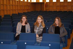 V.L.n.r.:Geschäftsstellenleiterin Ramona Fels, Katharina A. und Maureen M.