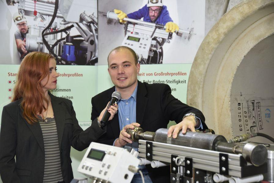 Die Ausstellerinterviews verschaffen den Teilnehmerinnen und Teilnehmern einen schnellen Überblick über die Fachausstellung. (Quelle Foto IKT, Henning Winter)