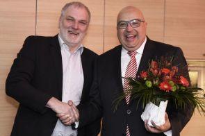 Hans-Joachim Bihs (l.) gratuliert im Namen des Fördervereins und des Aufsichtsrats. Foto: IKT