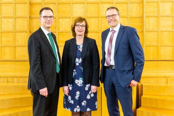 Susanne Schneider-Salomon (Mitte), Leiterin der Mitgliederversammlung, gratuliert Dieter Bathen (links) und Uwe Schneidewind (rechts) zur Wiederwahl.