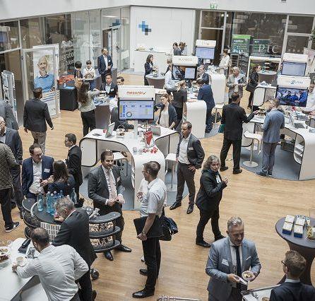 Information und Get-Together in der veranstaltungsbegleitenden Ausstellung [© mika-photography.com]