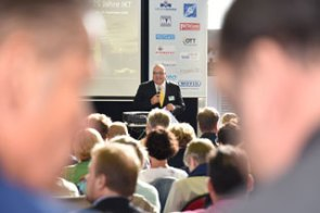 IKT-Geschäftsführer Roland Waniek freut sich über die große Zahl an Gästen bei der Jubiläumsfeier