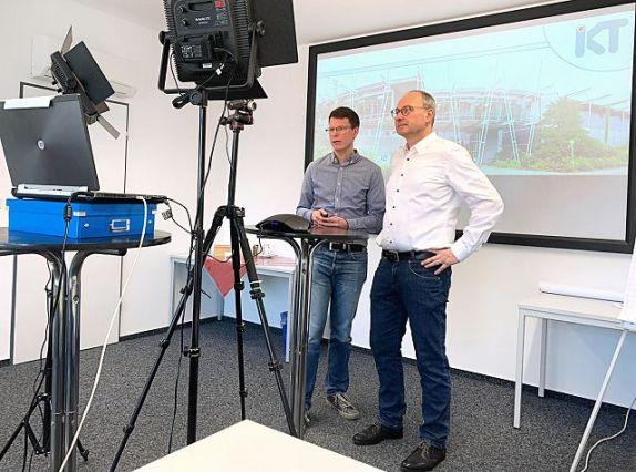Netzwerkleiter Marco Schlüter (r.) vom IKT und sein Team unterstützen die Abwasserbetriebe mit aktuellen Informationen und Online-Weiterbildungsangeboten.