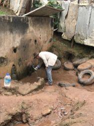 Wasserprobenahmen in Kamerung (©FiW e. V.