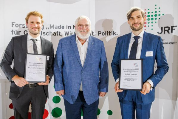 Die Preisträger der Jahre 2020 und 2021 gemeinsam mit dem Kuratoriumsvorsitzenden der JRF. V.l.n.r.: Dr. Jonas Moritz Ambrosy, Karl Schultheis, Dr. Piotr Cegielski