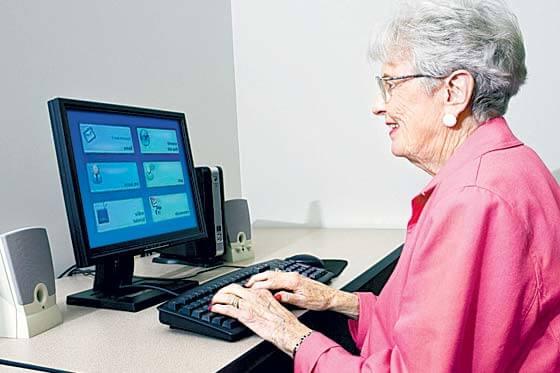 ¿Qué es UX? - Una mujer madura usando el ordenador