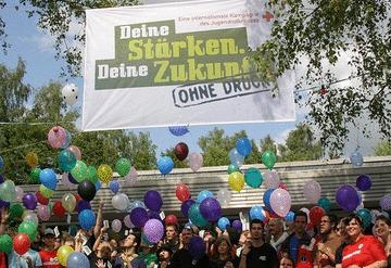 Gruppenfoto mit Kampagnen-Banner und Lutfballons. Foto: JRK-Bildarchiv