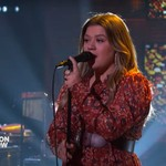Kelly Clarkson Imagines a Soulful Rendition of This Ariana Grande Music