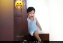 बच्चे ने जानकर दरवाजे में फंसा लिया अपना पैर और करने लगा रोने की एक्टिंग, IPS ने दिया मजेदार रिएक्शन