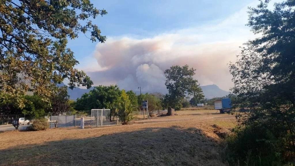 News24.com | Winelands fire: 2 firefighters injured as Jonkershoek Valley blaze spreads