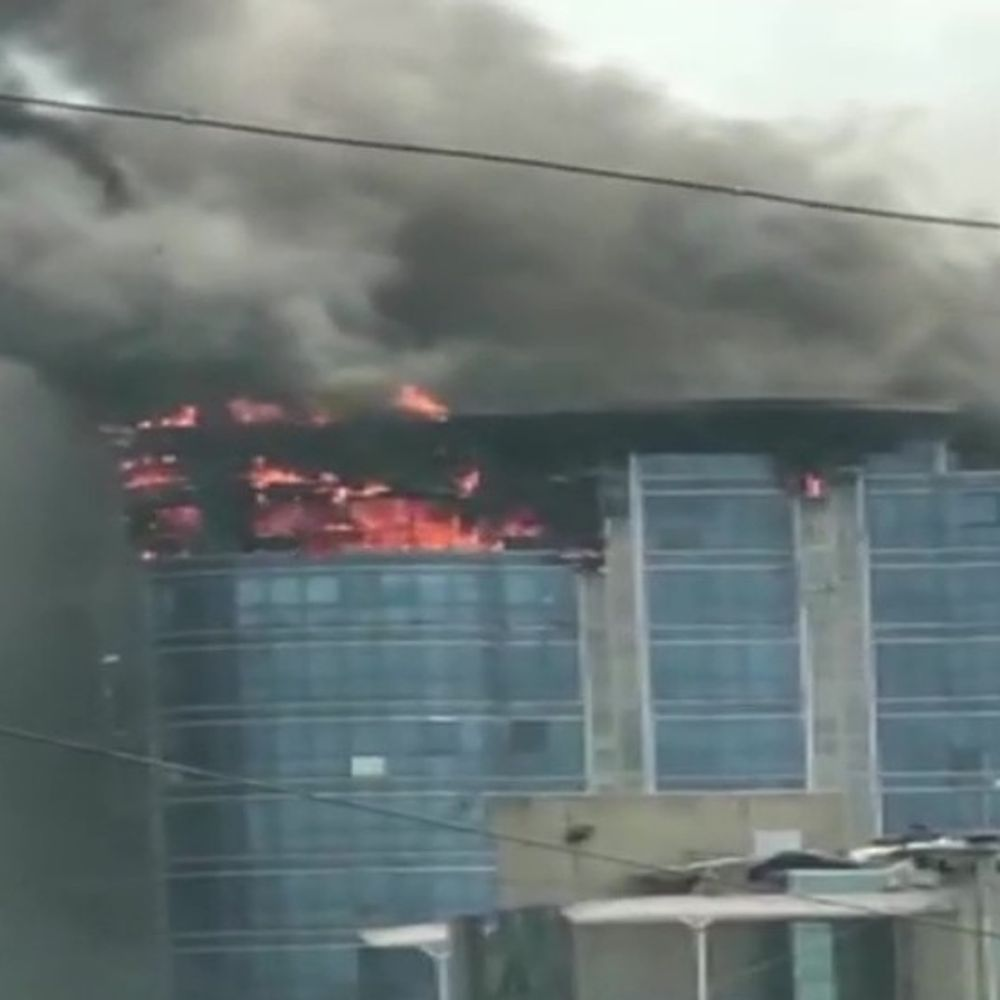 मुंबई में साझेदारी में आग: वाशी की बहुमंजिला इमारत में आग लग गई, ऊपरी मंजिल धुएं और लपटों में घिरी;  फायर ब्रिगेड की 5 गाड़ियां पहुंचीं