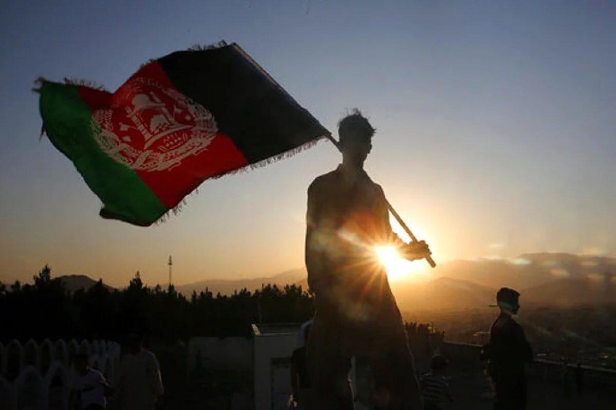 अमेरिका की खींचतान के बीच जैसे-जैसे अफगानिस्तान में स्थिति भयावह होती जा रही है, चीन ने युद्धग्रस्त राष्ट्र में कदम बढ़ाए हैं