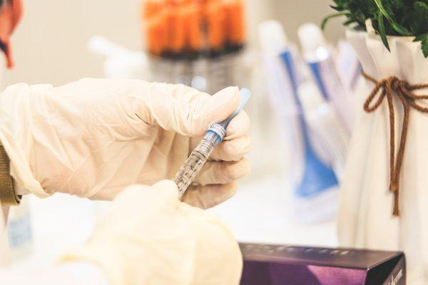 Os desafios logísticos de importar vacinas e cilindros de oxigênio