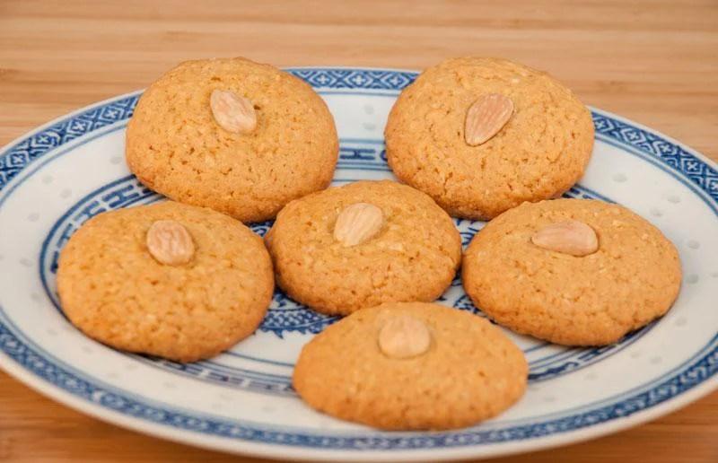 biscuits secs aux amandes dans une assiette chinoise