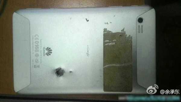 tablette android huawei traversée par une balle de pistolet
