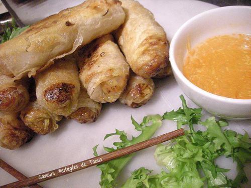 assiette de nems avec sauce