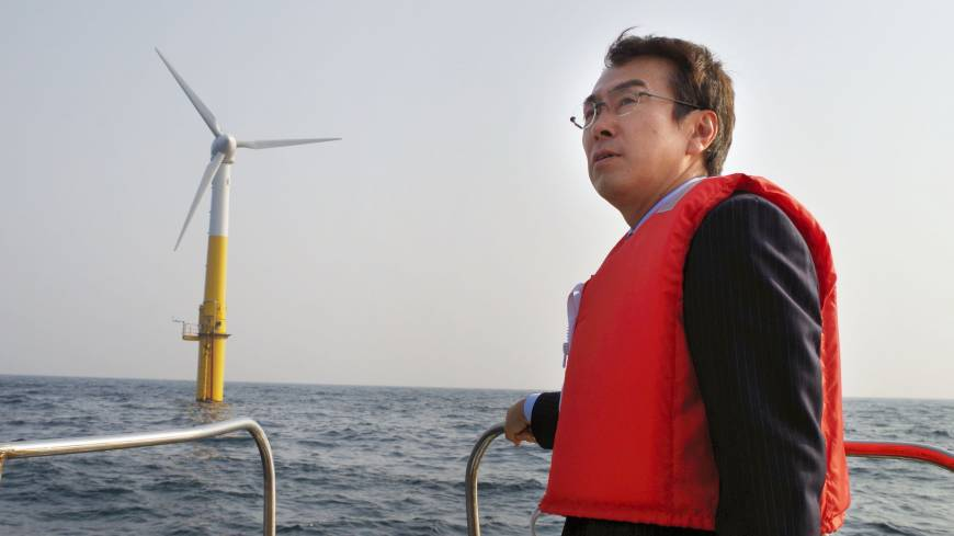 Tailwinds: Environment Minister Nobuteru Ishihara inspects an offshore floating wind turbine on March 9 off the island of Kabashima in Nagasaki Prefecture.