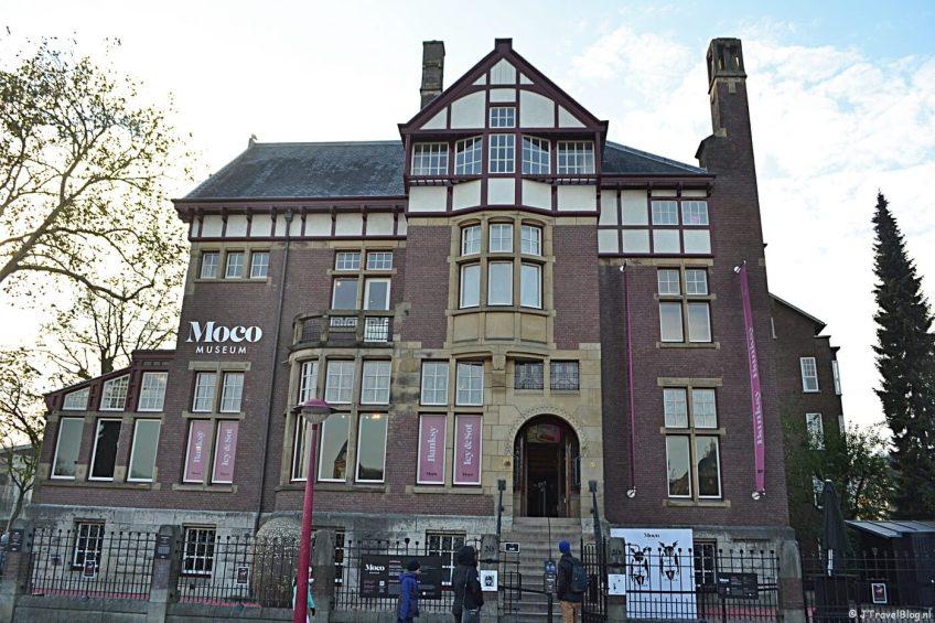 De buitenkant van het Moco Museum in Amsterdam.