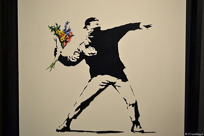 'Love is in the air (Flower Thrower)' van Banksy