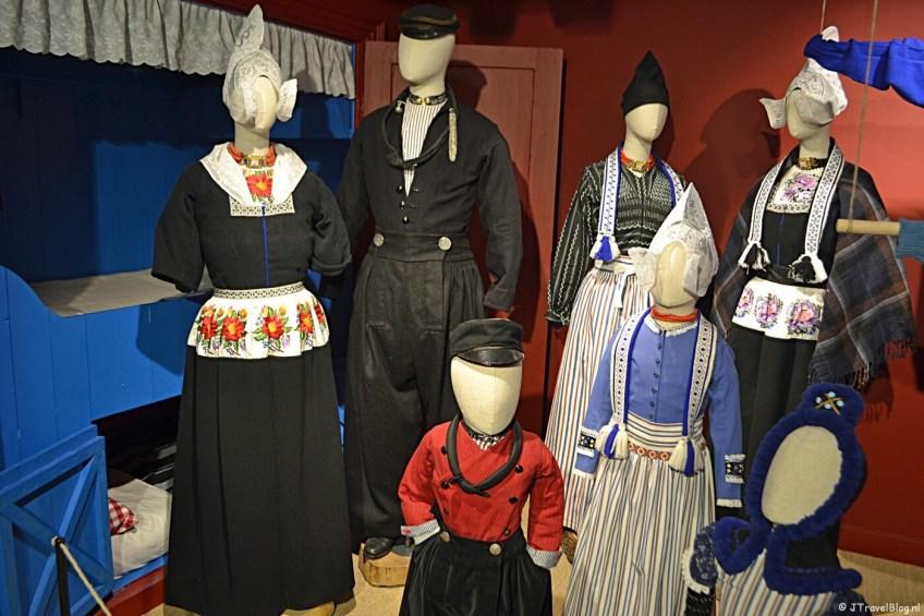 De klederdracht van Volendam in het Klederdrachtmuseum in Amsterdam