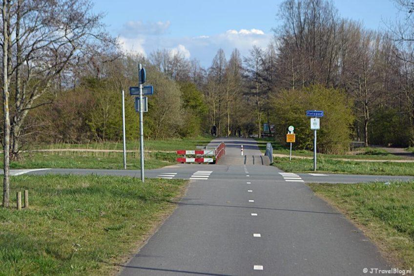 De asfaltweg tussen Recreatiegebied Groene Weelde en het Haarlemmermeerse Bos tijdens de Trage Tocht Vijfhuizen