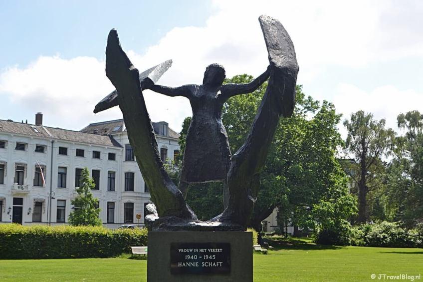 Beeld 'Vrouw in Verzet' in het Kenaupark tijdens de Vrijheidswandeling in Haarlem