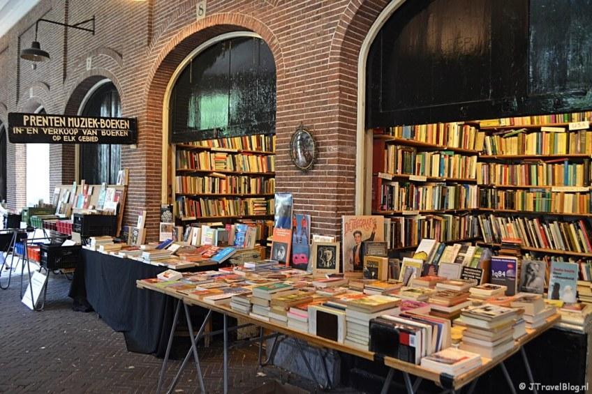 De boekenmarkt in de Oudemanspoort in Amsterdam tijdens etappe 0 van het Westerborkpad