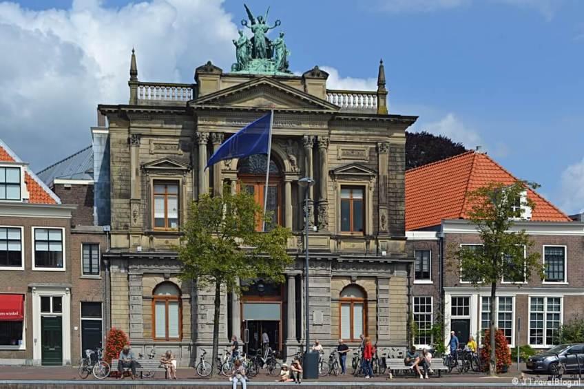 De buitenkant van het Teylers Museum in Haarlem