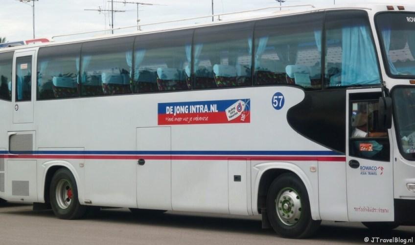 De bus van De Jong Intra Vakanties in Thailand