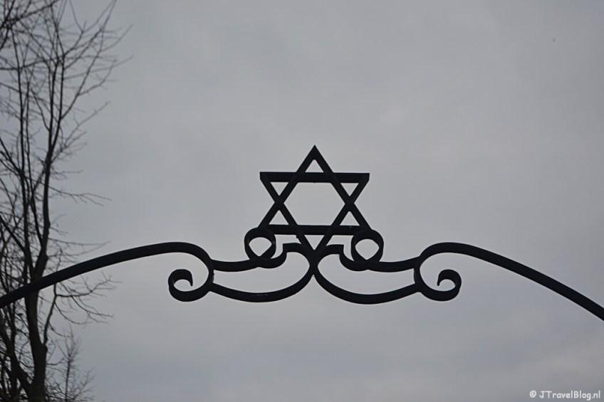 Entree van de Joodse Begraafplaats in Muiderberg tijdens de 4e etappe van het Westerborkpad