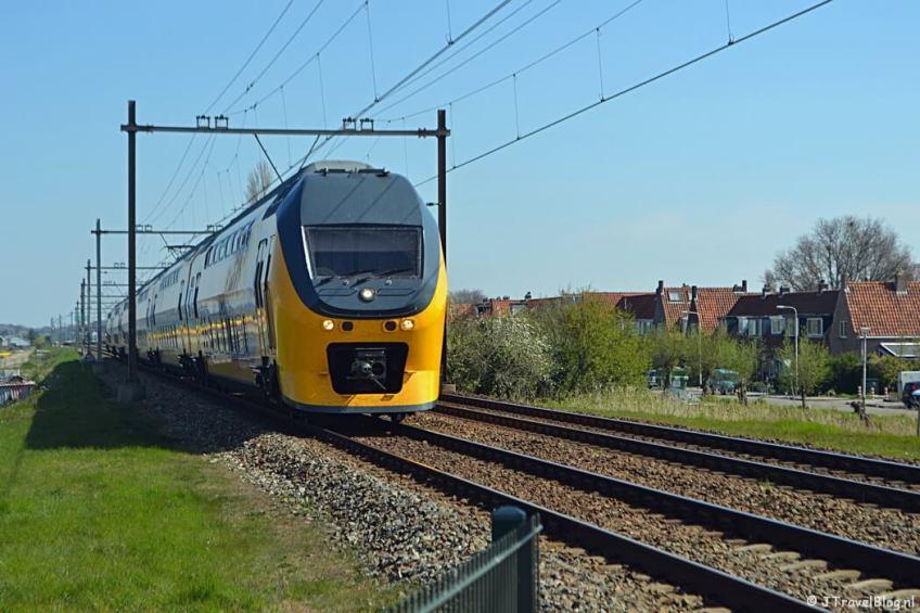 De trein bij de spoorwegovergang bij Hillegom