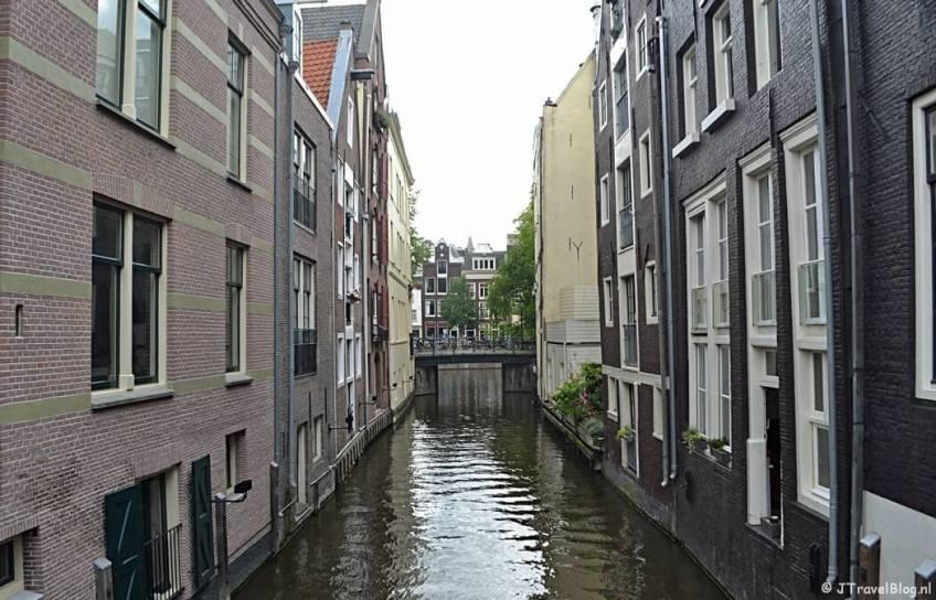 Een doorkijkje op een van de Amsterdamse grachten tijdens etappe 0 van het Westerborkpad