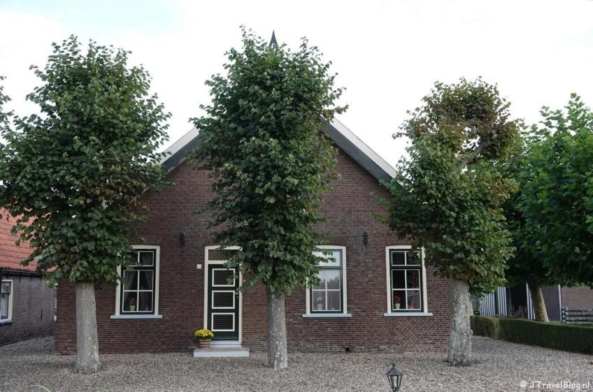 Een huis aan de Drechtdijk in De Kwakel tijdens mijn wandeling van het Fortenpad van Wandelnetwerk Amstelland/Noord-Holland