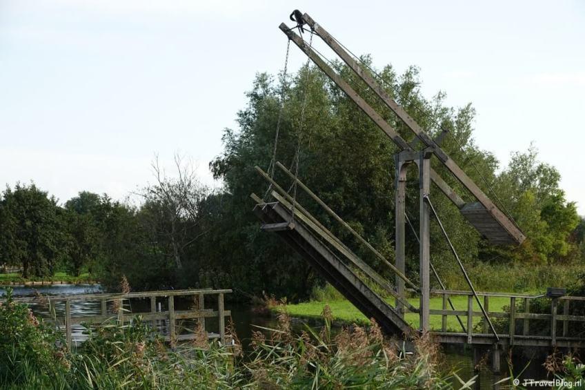 Een ophaalbrug langs de Vuurlijn tijdens mijn wandeling van het Fortenpad van Wandelnetwerk Amstelland/Noord-Holland