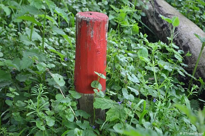 Een rood paaltje in Wandelbos Groenendaal in Heemstede