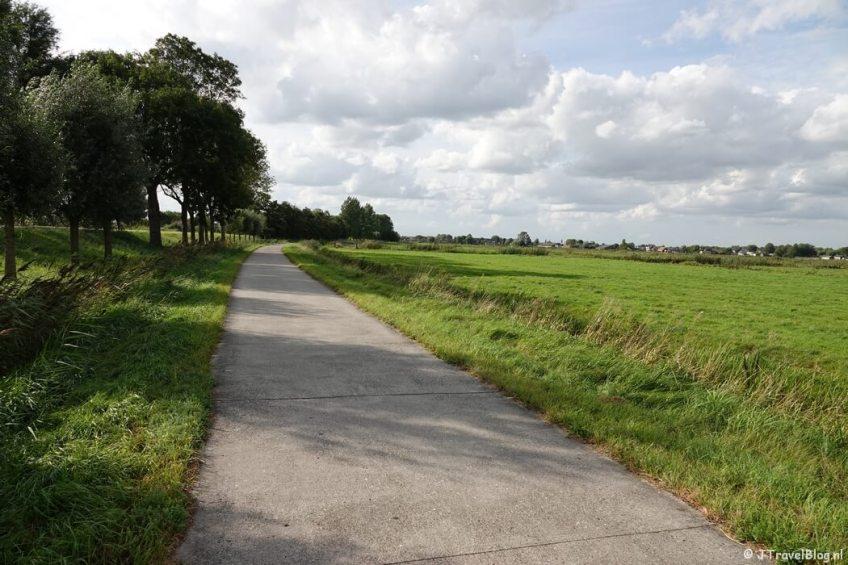 Het fietspad langs de Amsteldijk-Zuid tijdens mijn wandeling van het Fortenpad van Wandelnetwerk Amstelland/Noord-Holland
