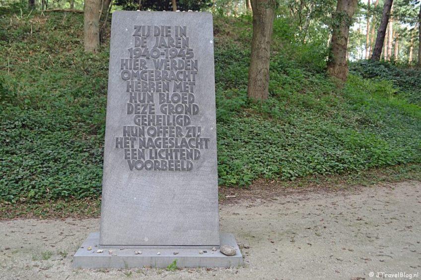 De Gedenksteen in Kamp Amersfoort tijdens de 9e etappe van het Westerborkpad