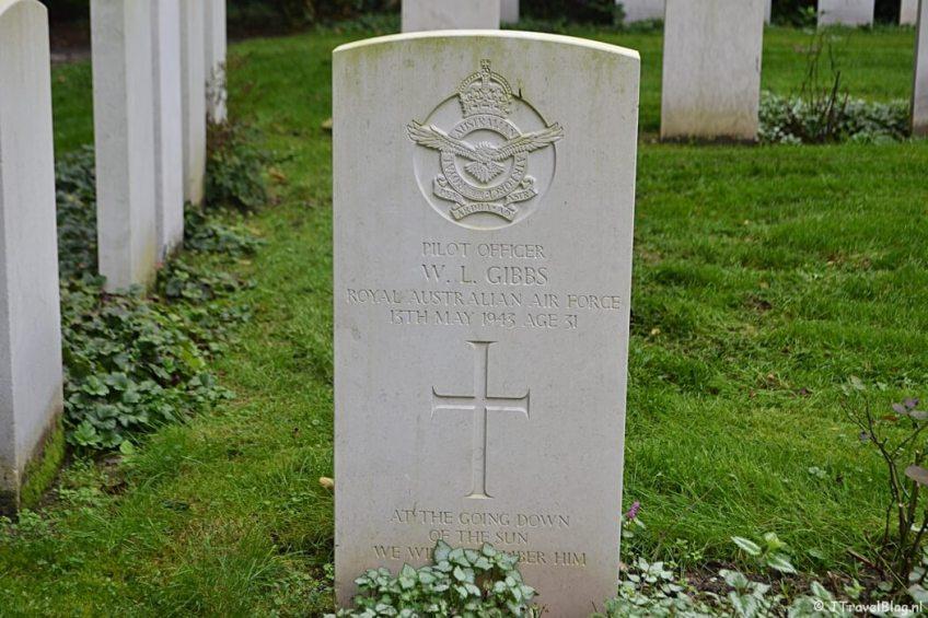 Het graf van een geallieerde soldaat op begraafplaats Rusthof tijdens de 9e etappe van het Westerborkpad