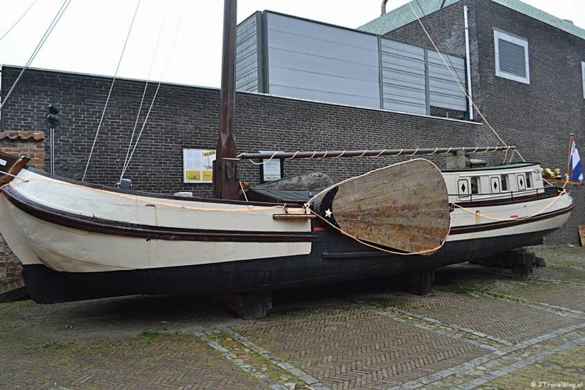 De tjalk Alida buiten het Noordelijk Scheepvaartmuseum in Groningen.